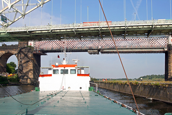 Calemax Enterprise under the Runcorn-Widnes bridges