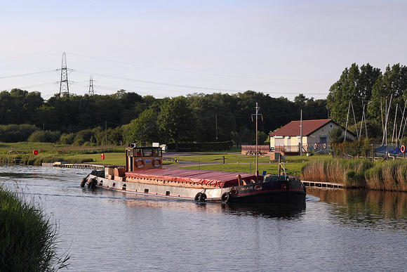 Panary passing the Frodsham sailing club 10/06/11